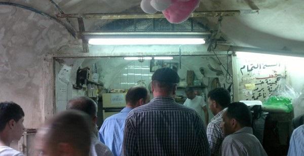 إقبال المواطنين على أشهر محل قطايف فى نابلس