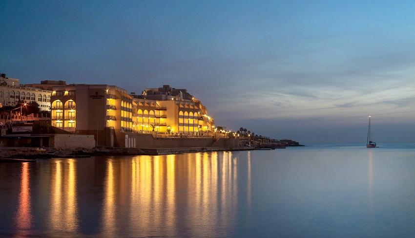احد الفنادق على شاطىء مارينا بالساحل الشمالى