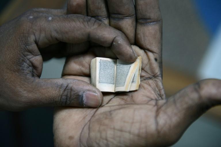 نسخة من القرآن الكريم بحجم بوصة واحدة