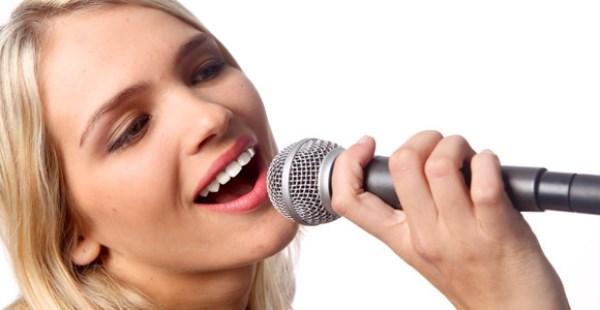 فتاة تغني