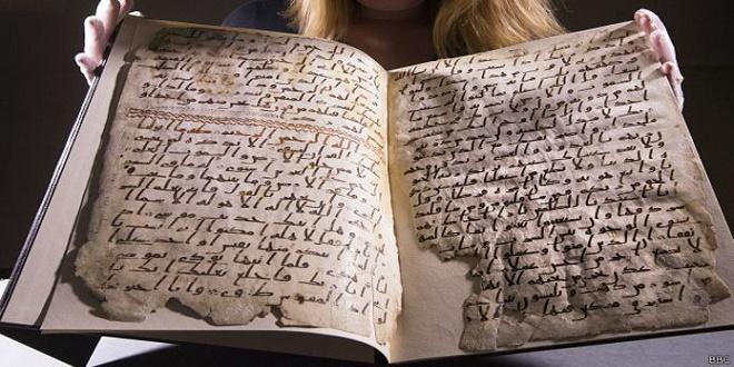 كتب النص بخط حجازي، وهو من الخطوط العربية الأولى، وهو ما يجعل الوثيقة واحدة من أقدم نسخ القرآن في العالم