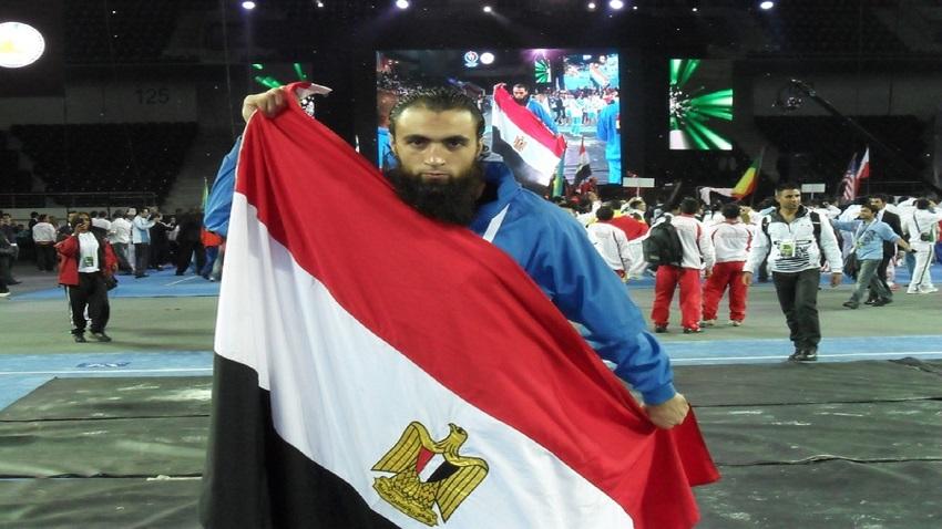 هشام عبد الحميد يرفع علم مصر