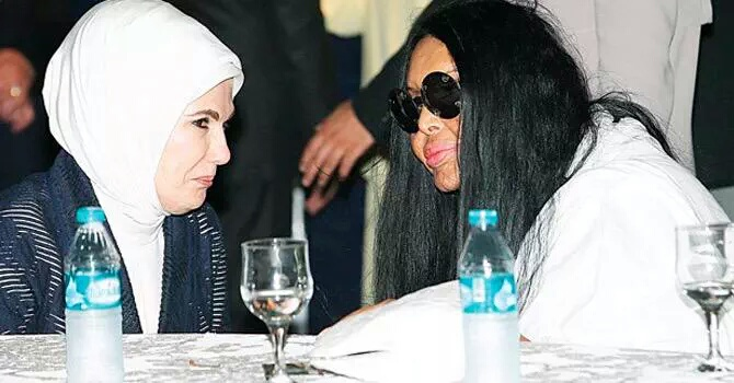 زوجة أردوغان مع الفنانة المتحولة