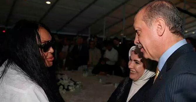 أردوغان وزوجته مع الفنانة المتحولة