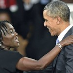 قبلات وأحضان وضحات ترحبيب بأوباما من اخته وأهلهما بكينيا