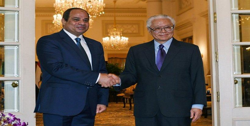 السيسى يصافح رئيس سنغافورة