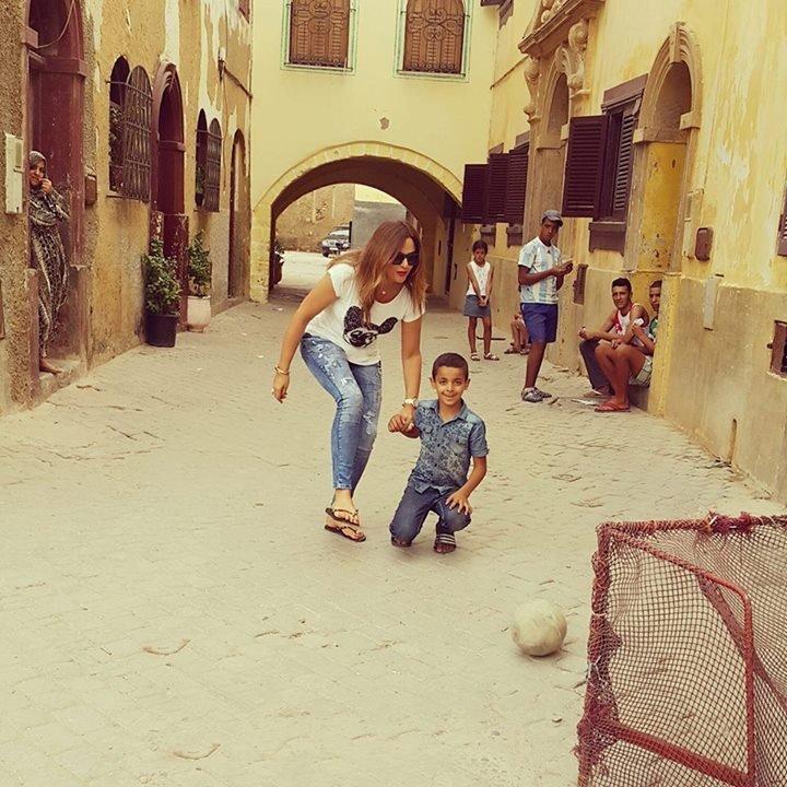 باسكال مشعلانى تلعب كرة فى شوارع المغرب
