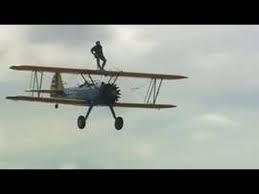 محارب يحتفل عل الطائرة