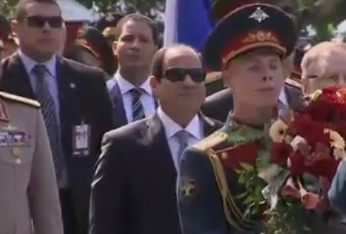 السيسى يضع إكليل الزهور على قبر الجندى المجهول بموسكو