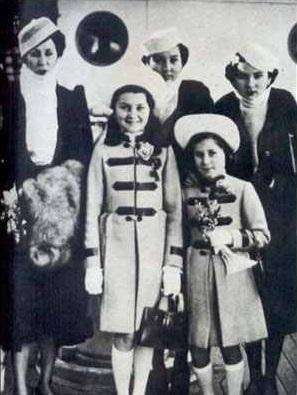 الملكة نازلى ومعها بناتها الأميرات فوزية وفايزة وفايزة وفائقة وفتحية