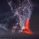 صورة للحظة التقاء الحمم البركانية بأشعة البرق