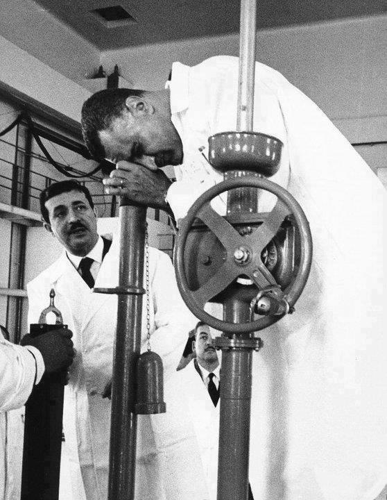 عبد الناصر فى مفاعل انشاص النووى الذى أقامته مصر عام 1961، وتم إيقاف العمل فيه عام 1986