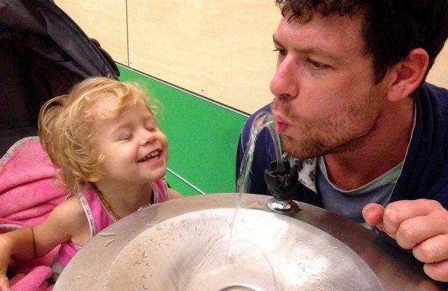 فتاة مع والدها