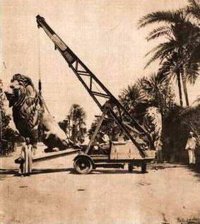 أحد تماثيل قصر النيل الأربعة وقت تركيبه