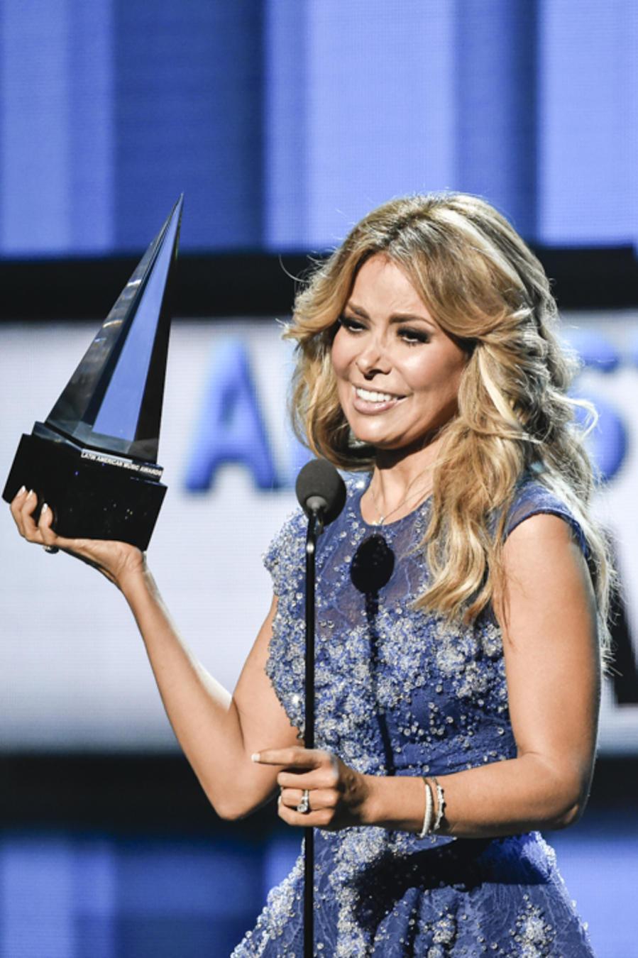 جلوريا تريفى تفوز بجائزة افضل مطربة