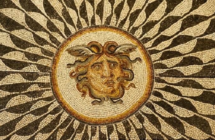 رأس آخر لمن قبحتها الآلهة بثعابين تنبت في رأسها بدل الشعر الطبيعي، وأصبحت نذيرا للشؤم والنحس
