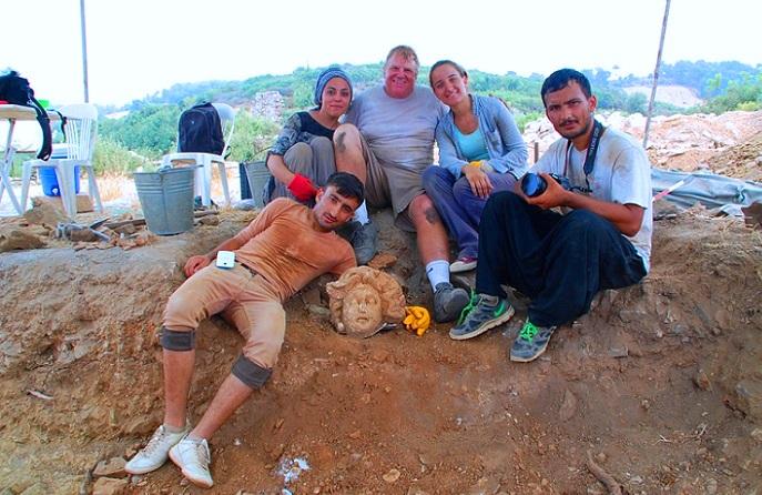 رئيس البعثة المشتركة، مايكل هوف، بين بعض أفرادها من أتراك وأميركيين، يحيطون بالرأس الرخامي