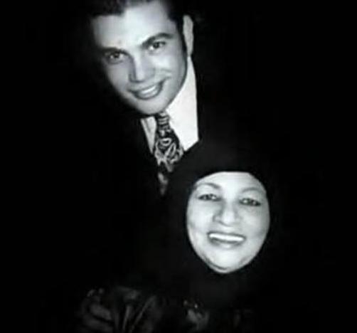 عمرو دياب مع والدته