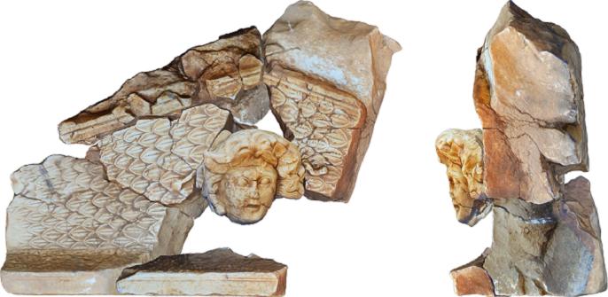كان الرأس نافرا في لوحة كبيرة أطول من قامة انسان، على مدخل أحد المعابد الرومانية القديمة