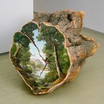 لوحات على جذوع الاشجار