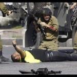 فلسطينى يجرى خلف جندى إسرائيلى