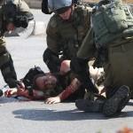 بالصور.. فلسطينى يجرى خلف جندى إسرائيلى ليطعنه