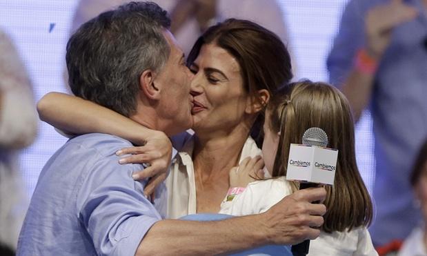 جوليانا عواضة تقبل زوجها و تحتضن ابنتها
