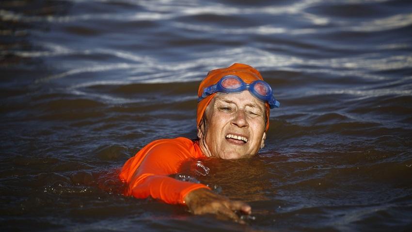 سفيرة هولندا بالسودان تعبر النيل سباحة