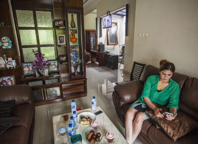 صاحبة البيت تجلس داخل منزلها