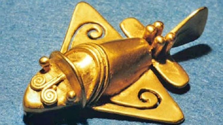 تحفة ذهبية شبيهة بالطائرة