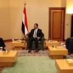 محافظ عدن فى لقاء سابق مع رئيس الوزراء خالد بحاح
