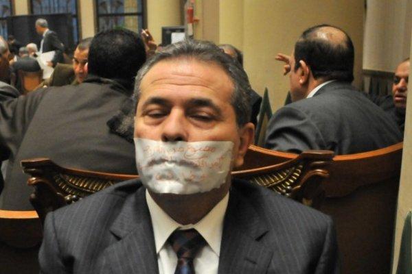 توفيق عكاشة يكمم فمه