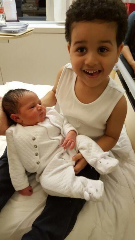 خالد محمد عبده يحمل شقيقته عالية