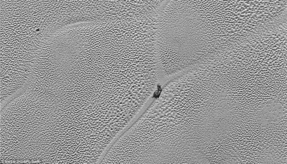 صورة لجسم غريب على سطح بلوتو