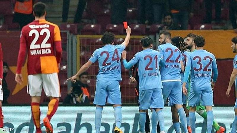 اللاعب التركي يشهر البطاقة الحمراء بوجه الحكم