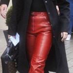 سيلينا فى لوك بسيط ترتدى بنطلون أحمر ومعطفا أسود