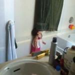 صور طريفة لاطفال يختبئون