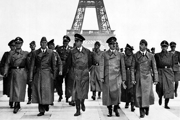 هتلر وقادته امام برج ايفل