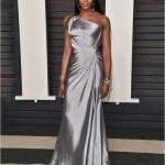 Naomi Campbell في فستان من Versace
