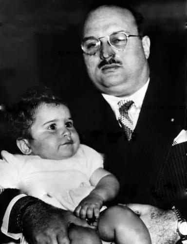 الملك فاروق يحمل ابنه الأمير أحمد فؤاد الثانى