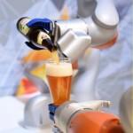 روبوت يقدم المشروبات