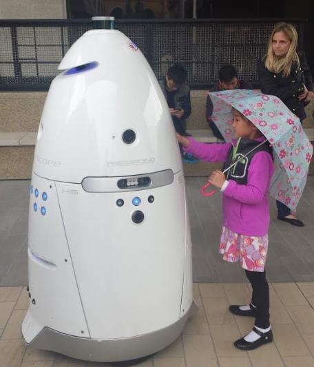 روبوت صينى يصعق المتظاهرين