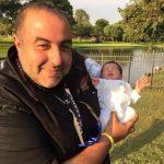 سامح يحمل ابنته الأولى من روبي طيبة