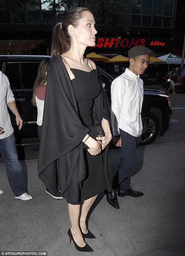 أنجلينا جولى تتألق فى الأسود