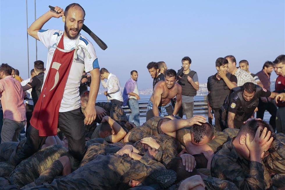 احد انصار اردوغان يضرب جنود شاركوا فى الانقلاب