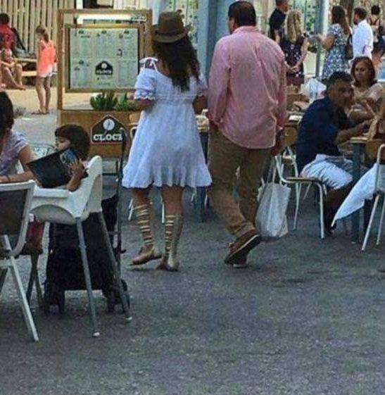 صور عمرو خالد مع امرأه متبرجة