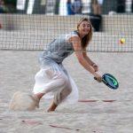 ماريا شارابوفا تمارس التنس الشاطىء