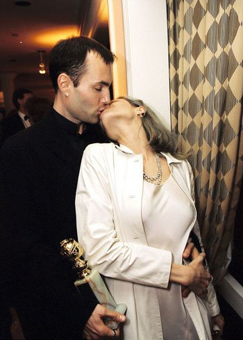 انجلينا تقبل شقيقها