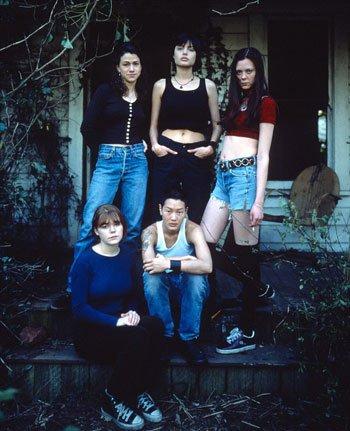 انجلينا مع صديقتها وثلاث فتيات
