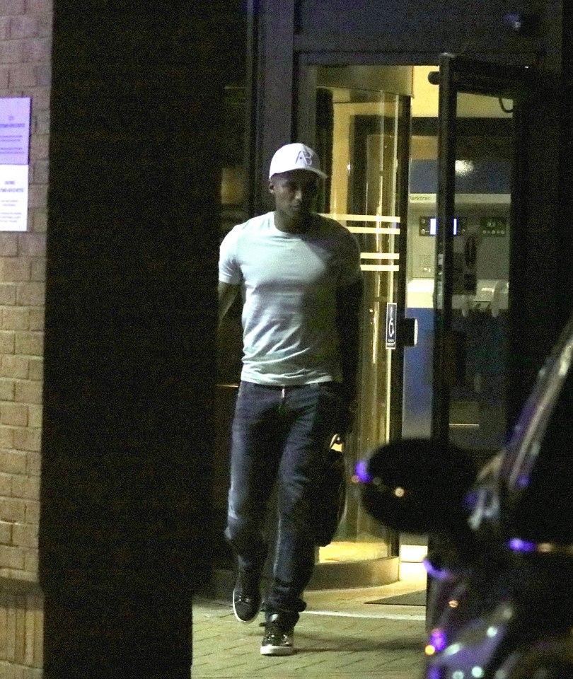 انتونيو فالنسيا اثناء خروجه من الفندق